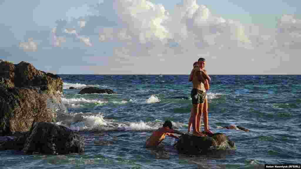 Юні любителі пірнати на глибину одного із липневих днів у Балаклаві