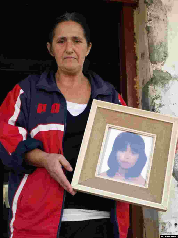 Mirzeta sa fotografijom preminule kćeri. Foto: Maja Nikolić