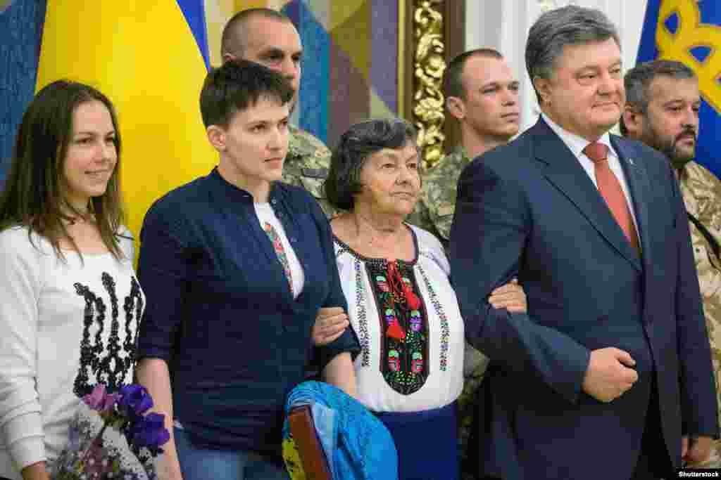 Надежда Савченко с матерью и сестрой во время встречи с президентом Украины Петром Порошенко