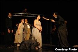 """Сцена од претставата """"Тапани во ноќта"""""""
