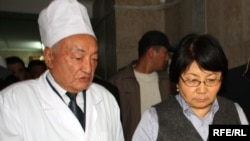 Roza Otunbaeva visits people injured in the unrest at a Bishkek hospital