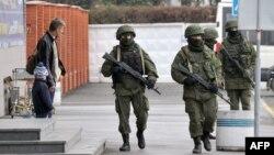 Ուկրաինա, Ղրիմ - Զինված անձինք Սիմֆերոպոլի օդանավակայանի մոտ, 28-ը փետրվարի, 2014թ․