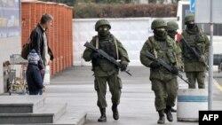 Украина -- Крымдын Симферополь шаарындагы эч кандай таануу белгиси жок аскерлер. 28-февраль, 2014.
