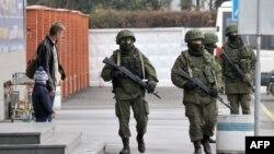 Neidentifikovani vojnici partoliraju ispred aerodroma u ukrajinskom gradu Simferopolu
