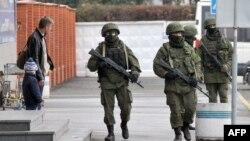 Вооруженные люди патрулируют симферопольский аэропорт