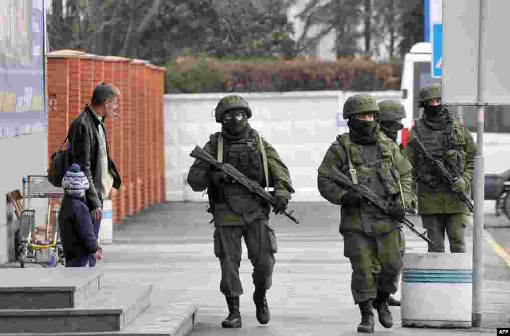 Военные без опозновательных знаков контролируют улицы Симферополя.