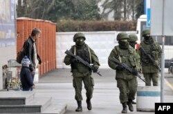 روسیه میگوید در پی دفاع از اقلیت روس در کریمه است. کییف و مقامهای دیگر کشورها بر استقلال اوکراین تاکید کردهاند