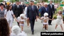 Президент Янукович відвідує дитячий центр на Київщині, 31 травня 2013 року (фото з сайту www.president.gov.ua)