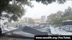 В Бухаре сильный ветер сорвал с крыши дома металлические листы, которые рухнули на людей.