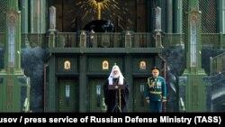 Патриарх Кирилл и Сергей Шойгу на церемонии освящения храма в Кубинке