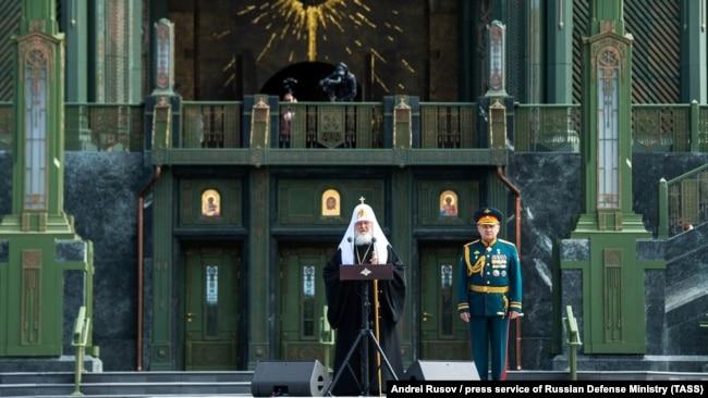 Патриарх Кирилл и министр обороны Сергей Шойгу на освящении главного храма армии