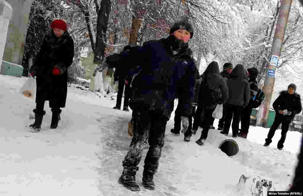 Снегу рады только дети...