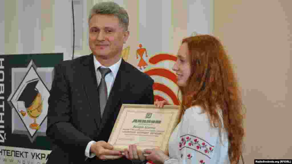 Олександр Максимчук, заступник голови фонду «Україна 3000», нагороджує переможницю в номінації «Прикладні науки»