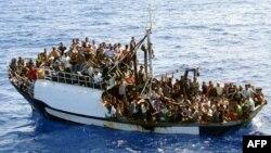 Жерорта теңізі арқылы Еуропаға жетпек болған заңсыз мигранттар мінген қайық. (Көрнекі сурет)