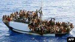 Балық аулауға арналған қайыққа мінген мигранттар. (Көрнекі сурет)