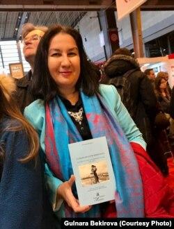 Гульнара Бекирова с французским изданием своей книги