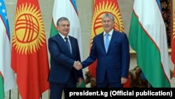 Kyrgyz President Almazbek Atambaev (right) with his Uzbek counterpart Shavkat Mirziyoev in Bishkek on September 5.