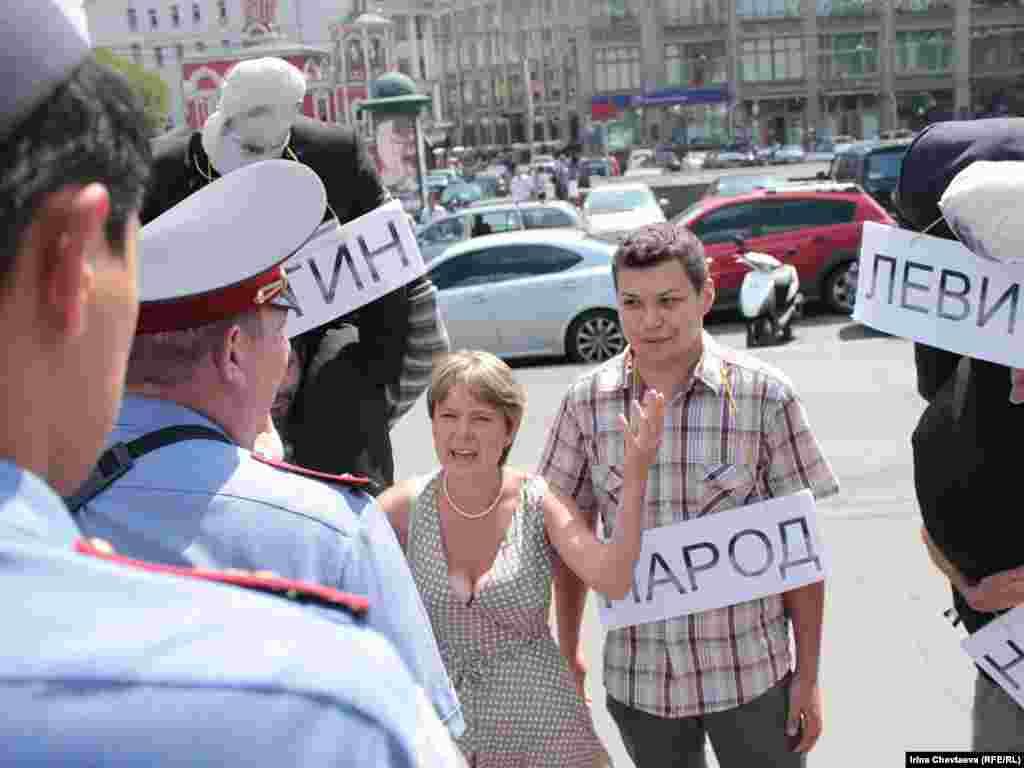 Активисты устроили театрализированную акцию.