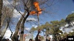 Запад сокрушается, Восток кипит. Протестующие сжигают крест у датского посольства в Тегеране