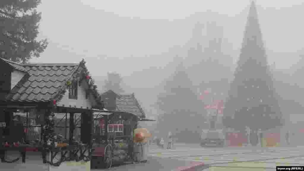 Керченская праздничная елка в туманную погоду