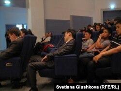 Студенты Евразийского национального университета им. Л. Н. Гумилева на лекции нобелевских лауреатов.