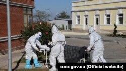 Медики везуть хворого на COVID-19 у лікарню, Одеса, 26 грудня 2020 року
