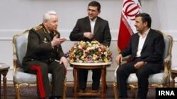 Իրանի նախագահ Մահմուդ Ահմադինեժադը (աջ) հանդիպում է Ադրբեջանի պաշտպանության նախարար Սաֆար Աբիեւի հետ, 13 մարտի, 2012
