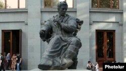 Արամ Խաչատրյանի արձանը Երեւանում