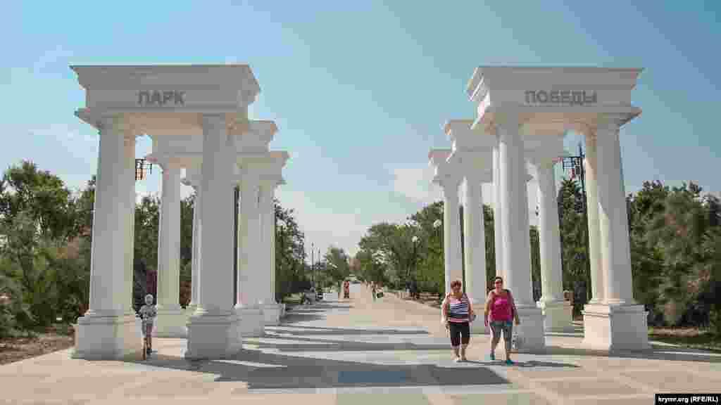 На входе в парк со стороны пляжа установлены массивные колонны с надписью «Парк Победы»
