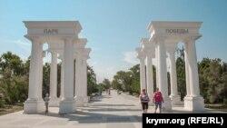 Севастопольский парк Победы: фонтаны и «военизированная» детская площадка (фотогалерея)