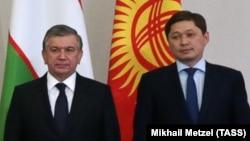 Президент Узбекистана Шавкат Мирзияев (слева) и премьер-министр Кыргызстана Сапар Исаков. Сочи, 11 октября 2017 года.