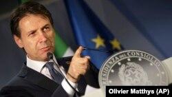 Після вступу на посаду в червні 2018 року прем'єр Італії закликав переглянути санкції проти Росії і заявляв, що підтримує політику відкритості щодо Москви