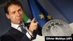 Прем'єр Італії Джузеппе Конте раніше дав зрозуміти, що запропонує дозволити Європейському інвестиційному банку (ЄІБ) і Європейському банку реконструкції і розвитку (ЄБРР) фінансувати малі й середні підприємства в Росії, як це було до санкцій, запроваджених 2014 року