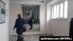 Портрет президента в госучреждении Туркменистана