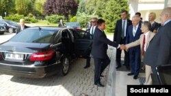 Мустафа Джемилев встречает министра иностранных дел Украины Павла Климкина, который прибыл на Конгресс крымских татар
