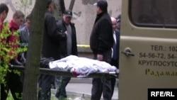 Санжар Кадыралиевдин сөөгүн атылган жерден алып кетишүүдө. 14-апрель, 2009-жыл.