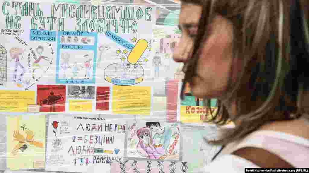 Виставка дитячих малюнків «Будь обережним! Торгівля людьми – це може трапитися з кожним»