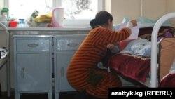 Атасынан кордук көргөн кыз ооруканада апасы менен. Бишкек, 14-декабрь, 2012.