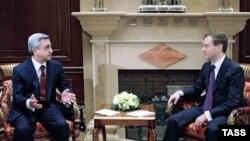 Президент России Дмитрий Медведев (справа) и президент Армении Серж Саргсян, Горки, Подмосковье, 12 октября, 2009 г