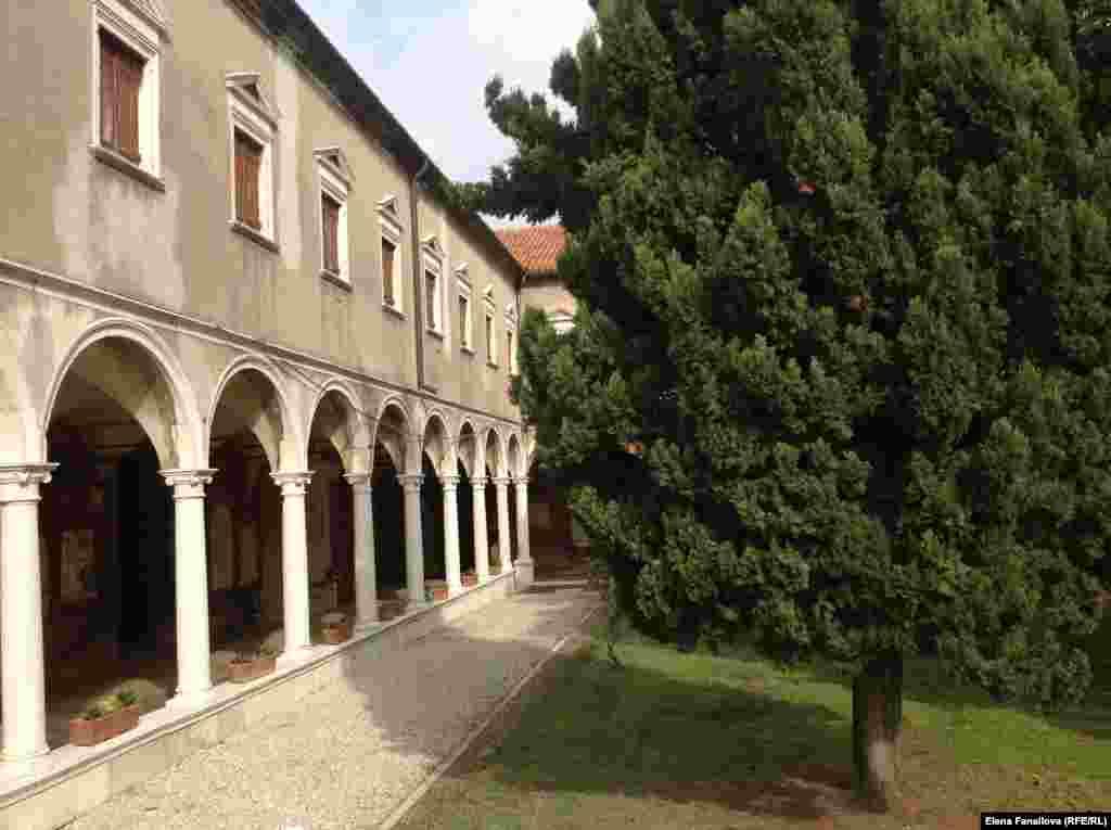 Первый внутренний двор Сан-Микеле
