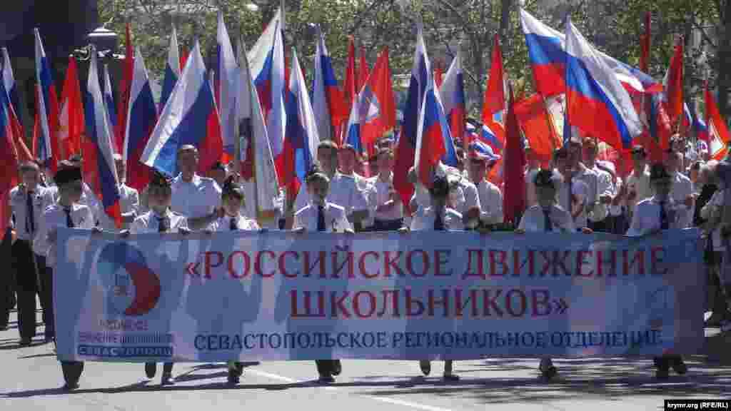 В Севастополе подконтрольные Кремлю власти города организовали массовый детский военно-патриотический парад. Акцию назвали «Будущее Севастополя – в наших руках» и посвятили ее «Дню детства и юности», 19 мая 2017 года