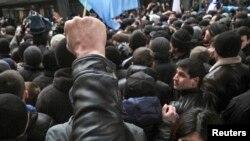 Демонстрация крымских татар у здания Верховной Рады Крыма. Симферополь, 26 февраля 2014 года.
