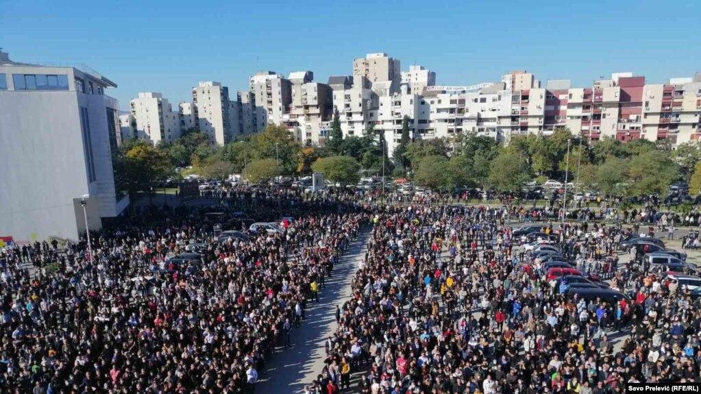 Mijëra njerëz morën pjesë në varrimin e mitropolitit Amfilohije.