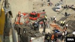 اتوبوس مسافربری ایرانی در پل فرديس کرج به علت انحراف از مسير و سپس شکافتن گاردريل به پايين پل سقوط کرد.(عکس: ایسنا)