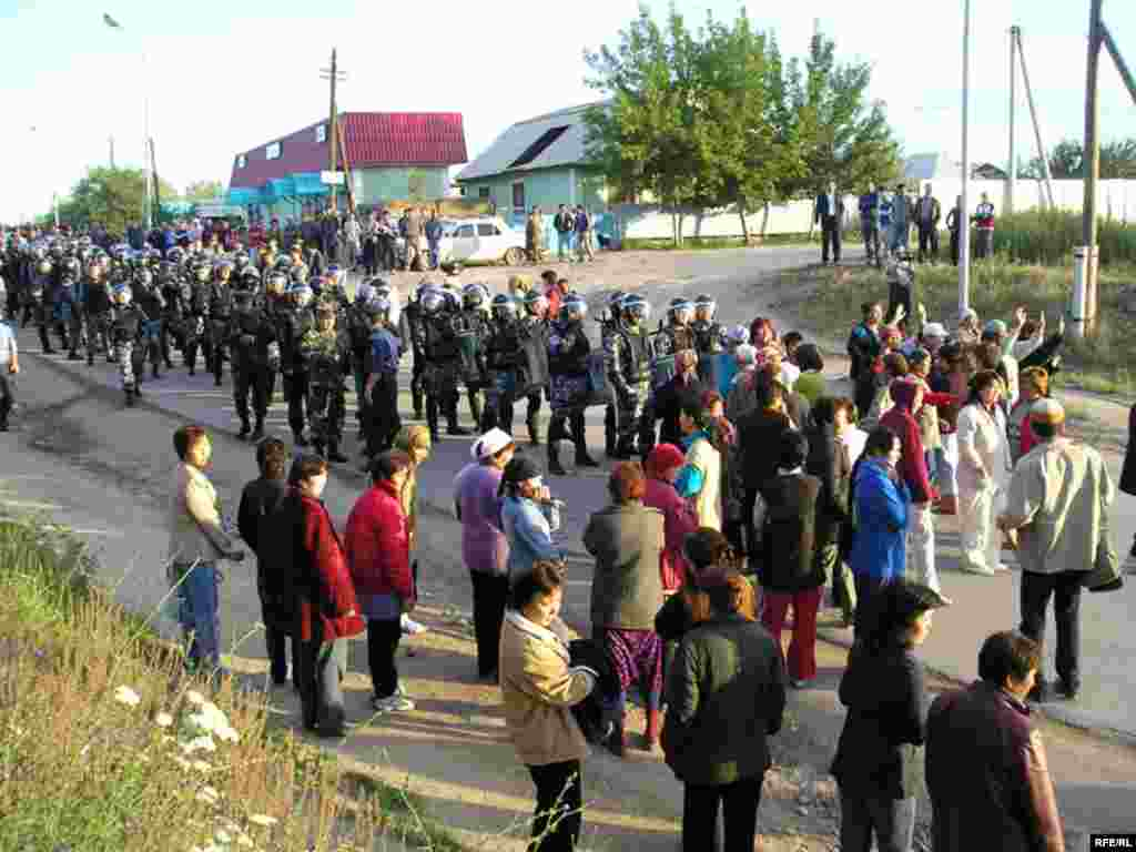Навстречу отряду полиции первыми вышли женщины, они умоляли полицейских не входить в поселок.