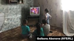 Естаевтардың балалары теледидар көріп отыр. Астана, 3 маусым 2018 жыл.