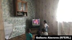 Дети Естаевых смотрят телевизор. Астана, 3 июня 2018 года.