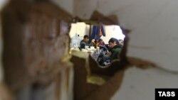 Ресейде құрылыста жұмыс істеп жүрген мигранттар. Сурет Ресей көші-қон қызметінің тексерісі кезінде түсірілген. Мәскеу, 17 қаңтар 2013 жыл.