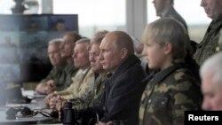 Президент Путин Батыш -2013 машыгуусунда ракета атууга байкоо салууда. Гродно, 26-сентябрь, 2013-жыл.