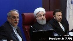 حسن روحانی در جمع مدیران وزارت اقتصاد گفته بود: همه مسئولین قابل نقد هستند و معصوم نداریم و ما در زمان حکومت معصوم هم نقد داریم.